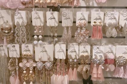 lovisa是什么牌子饰品?lovisa耳环主要是什么材质?-1